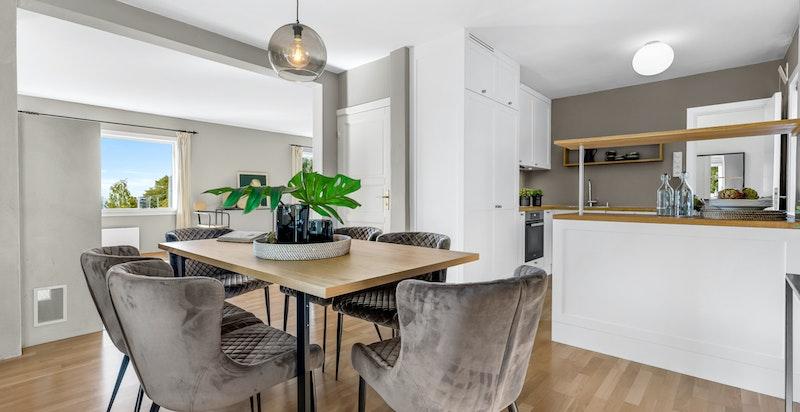 Den ene stuedelen (spisestuen) ligger åpent mot kjøkkenet