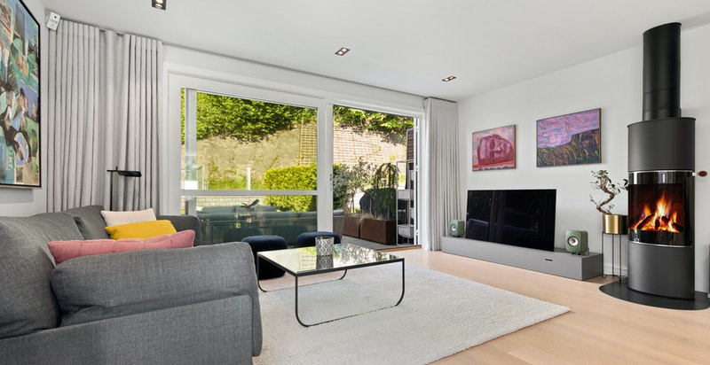 Stuen er av god størrelse og er et naturlig samlingspunkt med åpen stue/kjøkken løsning.