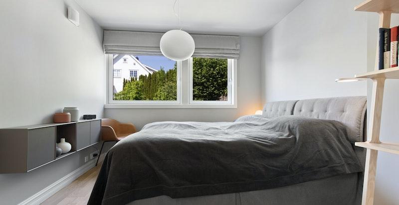 Master bedroom med walk-in garderobe og direkte adkomst til eget bad.