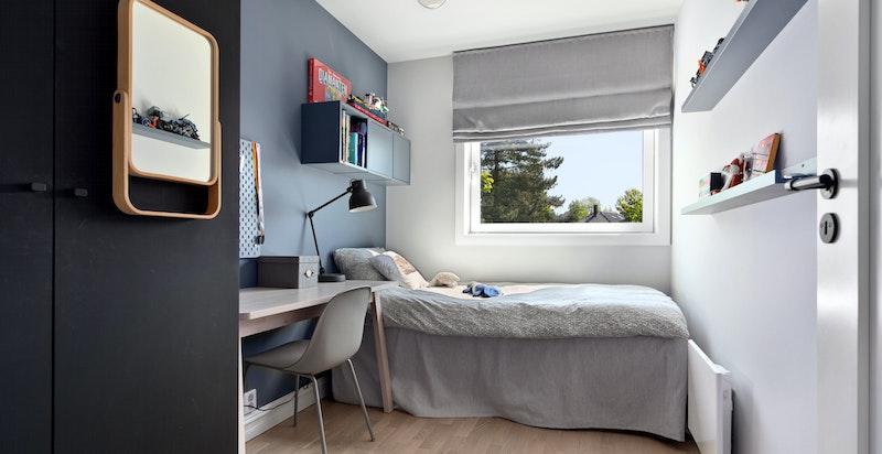 Det er totalt tre soverom i boligen hvor alle har god plass til seng samt garderobeskap.