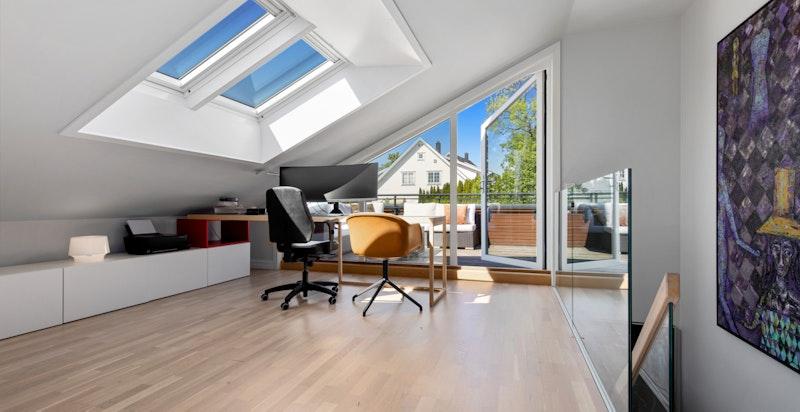 Fra loftsetasjen har du utgang til en stor og solrik takterrasse.