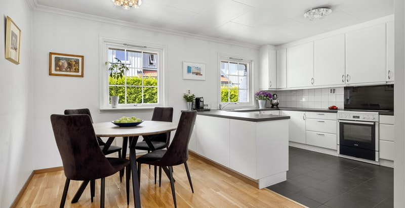Stort og bruksvennlig kjøkken med spiseplass