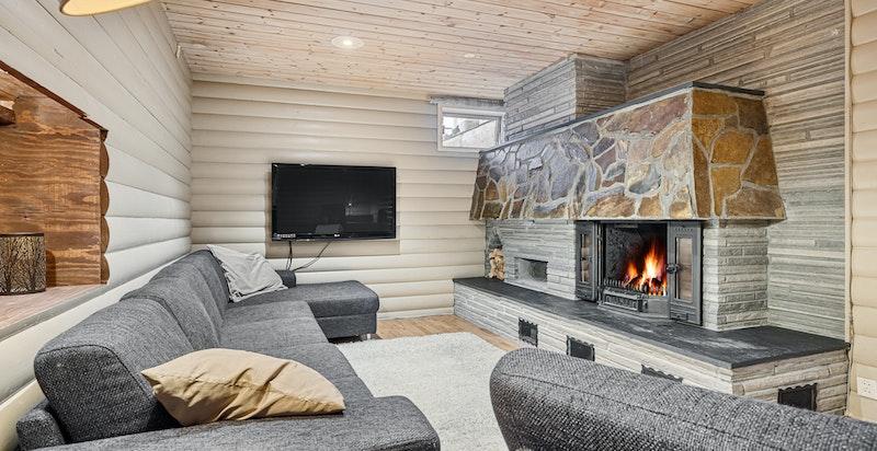 Hyggelig kjellerstue/ TV-stue med peis