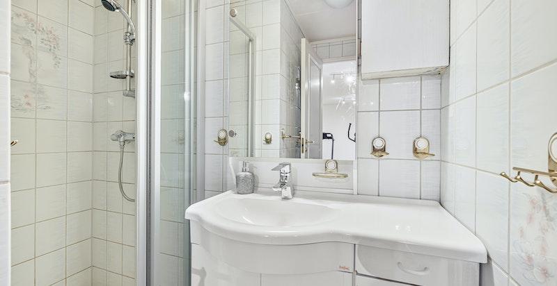 Dusjbad med wc i tilknytning til trimrommet