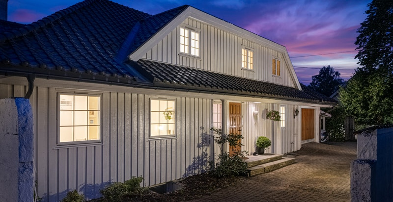 Inngangsparti og gårdsplass med garasje og carport