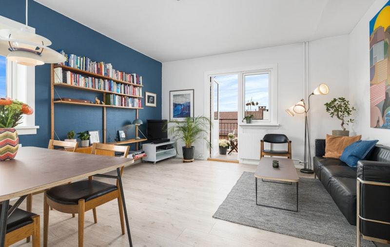 Luftig og pen stue med godt lysinnslipp fra både syd og vest