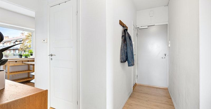 Entré med praktisk innvendig bod. Andelen disponerer i tillegg to kjellerboder på totalt ca. 10 m²