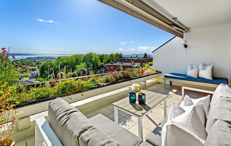 En gjennomgående toppleilighet med flott beliggenhet i et stille og rolig boligområde