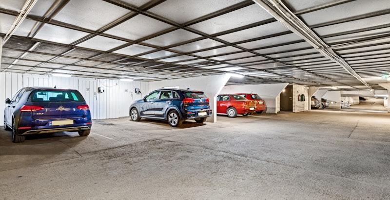 Det medfølger 1 stk garasjeplass i kjeller