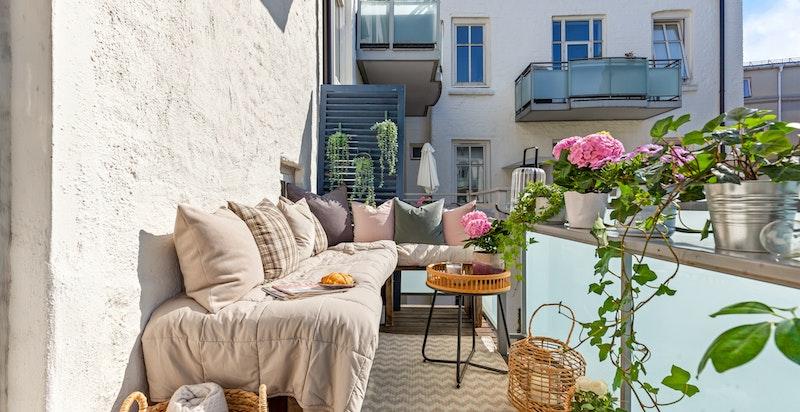 Nydelig sørøstvendt balkong med sol fra morgen til sen ettermiddag under sommeren.