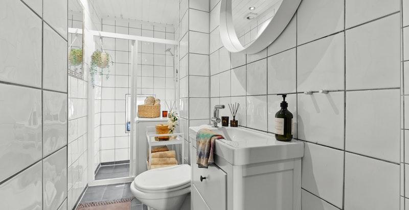 Selger har oppgradert badet i 2019 med ny heldekkende servant over skap, speil, dusjarmatur, vaskemaskin og varmtvannsbereder i tak.
