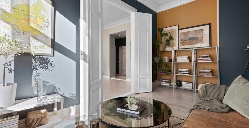 Herlig stue med god plass til ønsket stuemøblement.