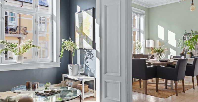 Stuen er malt i en dyp blåfarge kombinert med kontrastvegg i flott organge-brent tone.