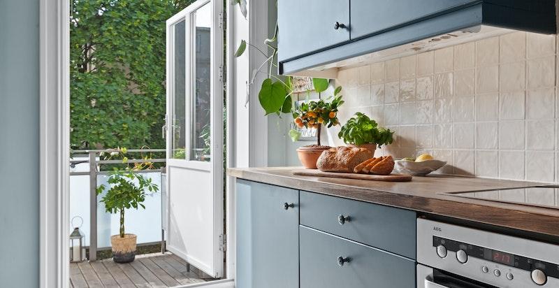 Kjøkkenet har helintegrerte hvitevarer.