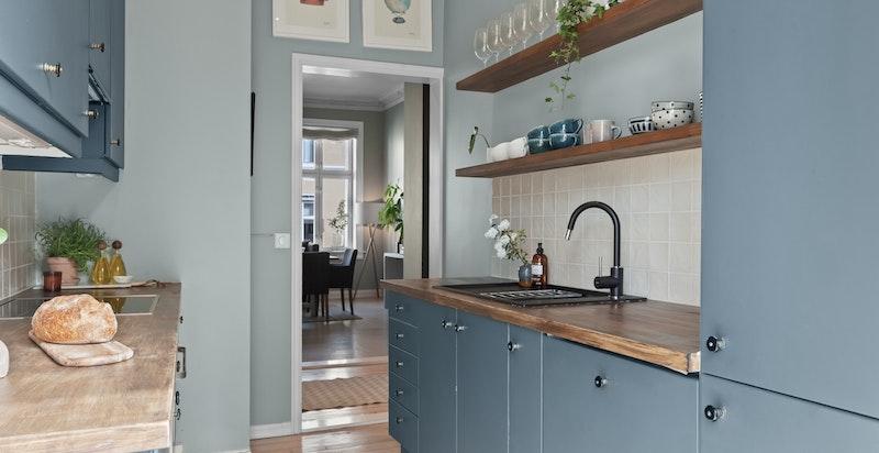 Kjøkkenet er velutstyrt og har god benke- og skapplass.