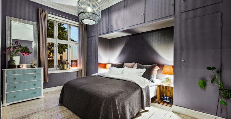 Stort og innbydende soverom med 3,17m takhøyde, stukkatur og rosett.