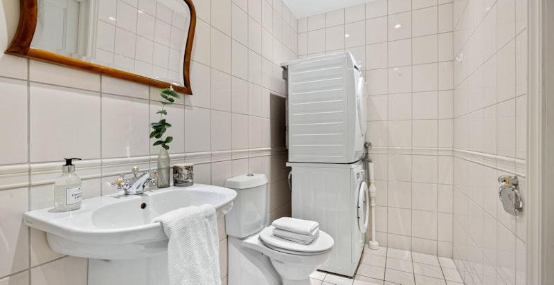 Gjestebad med dusj og wc samt vaskesøyle