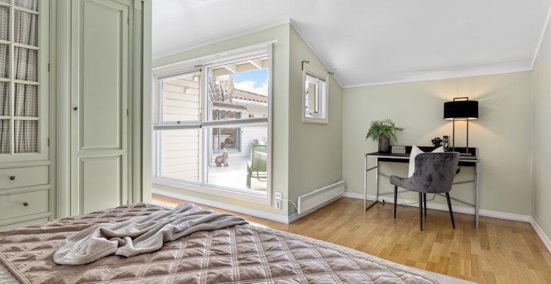 Det er plass til hjemmekontor / sminkebord / divan på soverommet