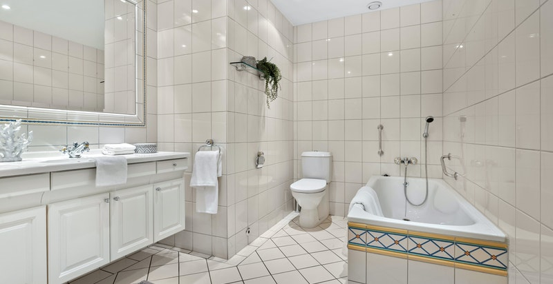 Innfliset badekar og wc
