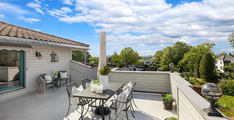 Det er vedlikeholdsfritt epoxy-dekke på terrassen