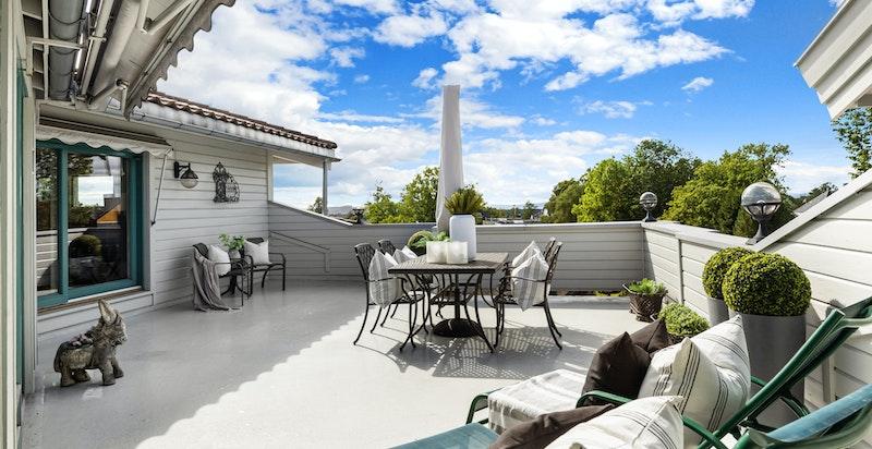 Velkommen til en flott toppleilighet med 40 kvm solrik terrasse med utsikt. Leiligheten har også garasje og heisadkomst