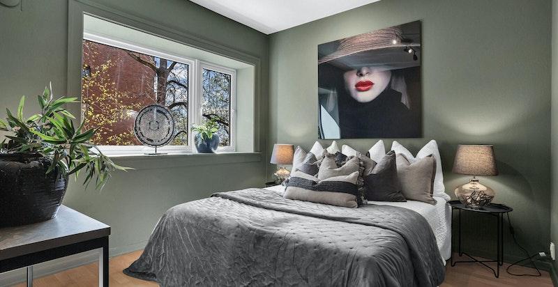 Leiligheten har 3 gode soverom som alle er nymalte i 2021 og har nye dører