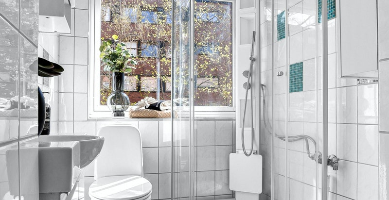 Flott flislagt bad med varmekabler og opplegg for vaskemaskin