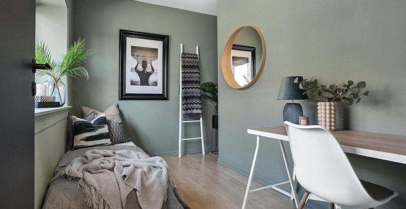 Rommet har plass til seng, garderobe og skrivebord