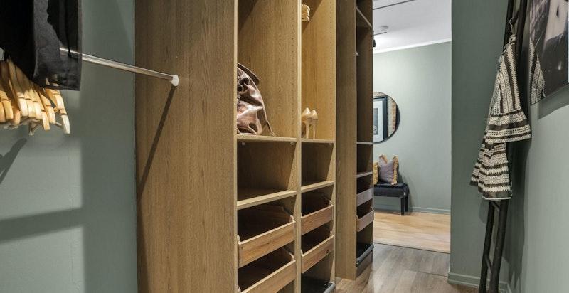Praktisk walk-in garderobe med god lagringsplass