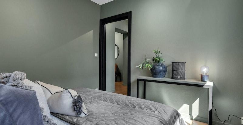 På hovedsoverommet er det god plass til dobbeltseng og garderobe