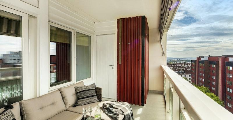 Det er en isolert bod på balkongen med plass til fryser, matvarer, støvsuger etc.