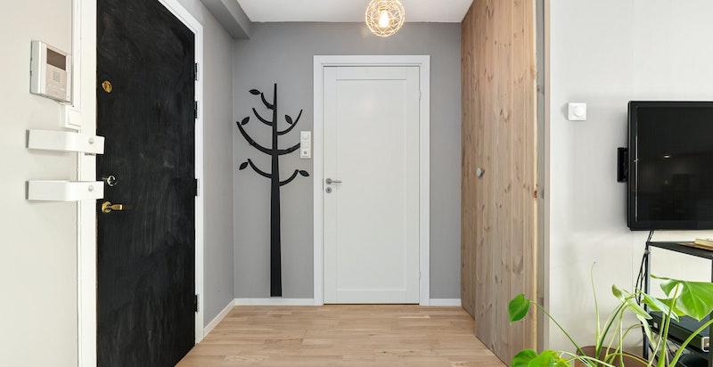 Entré med oppbevaringsplass i garderobeskap - Ytterligere oppbevaringsplass i bod på loftet