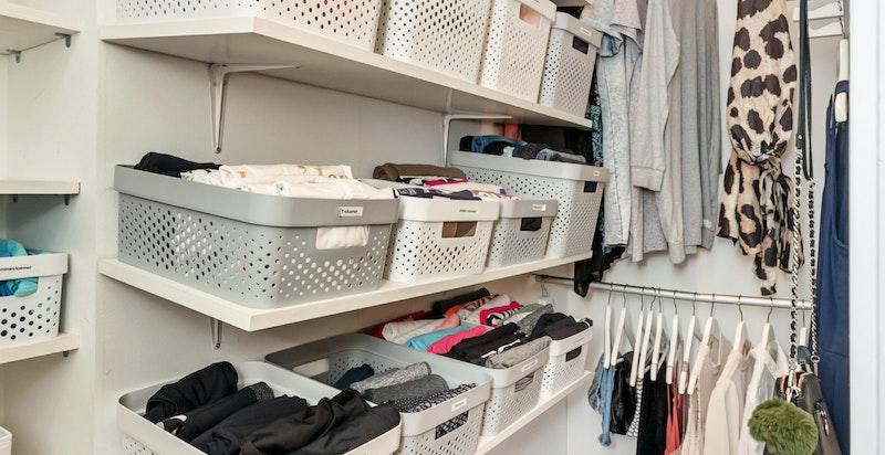 Omkledningsrom hvor det er godt med oppbevaringsplass tilknyttet hovedsoverommet