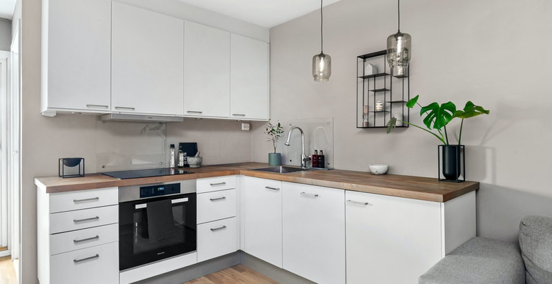 Pent kjøkken fra HTH hvor det er godt med oppbevaringsplass - Alle hvitevarer på kjøkkenet medfølger