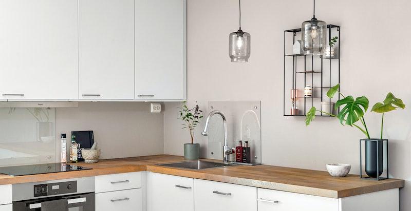 Godt med skap- og benkeplass - Alle hvitevarer på kjøkken er integrert og medfølger