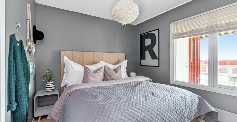Hovedsoveom med plass til dobbeltseng med nattbord på hver side av sengen