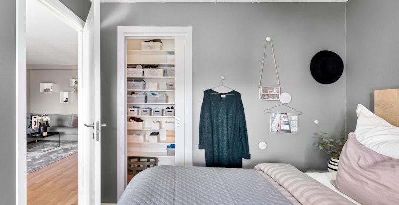 Eget walk-in-closet tilknyttet hovedsoverommet