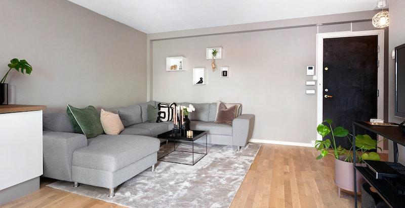 God plass til stor sofa med naturlig avstand til TV-seksjon