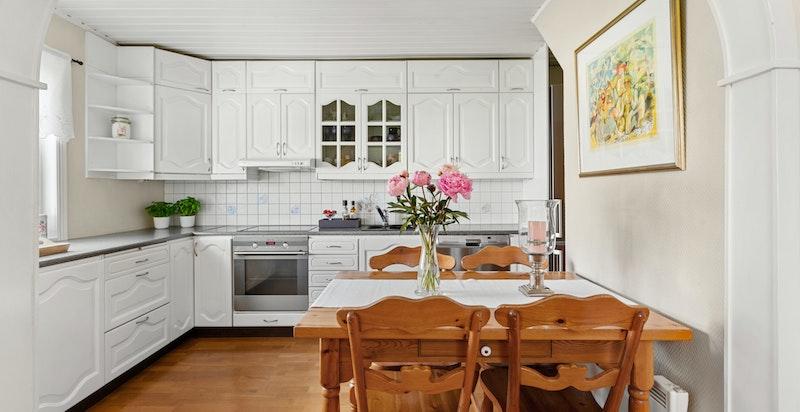 Kjøkkeninnredningen er fra 1993 med laminat benkeplate, fliser over benk og nedfelt kum. I tillegg er det integrert komfyr og platetopp.