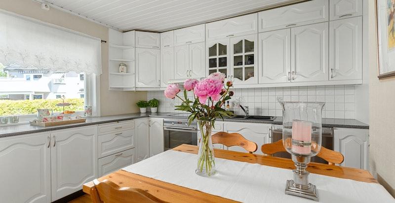 Det er plass til spisebord på kjøkkenet - praktisk for de enklere måltid.