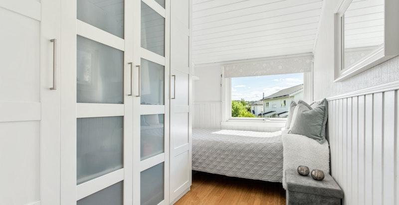 Lyst og behagelig soverom med plass til seng og stort garderobeskap.