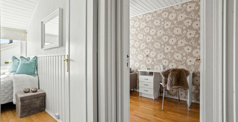 Soverommene ligger i praktisk og fin tilknytning til hverandre.