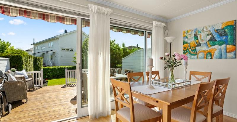 Fra stuen er det stor skyvedør ut til en hyggelig og solrik terrasse.