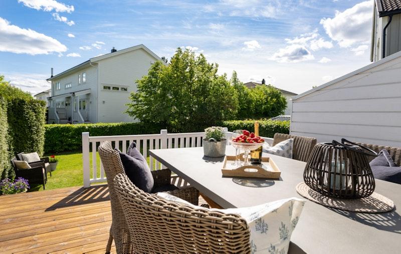 Boligen har en solrik og hyggelig terrasse med videre utgang til hage.