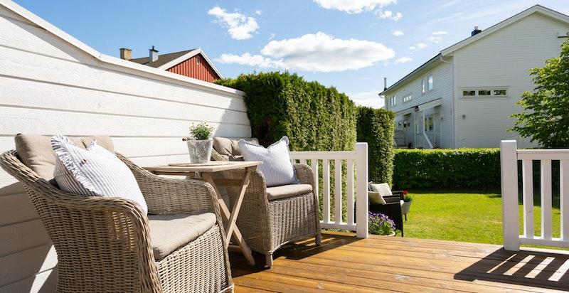 Fra terrassen kommer du ut til en privat og skjermet hage med boltreplass for hele familien.