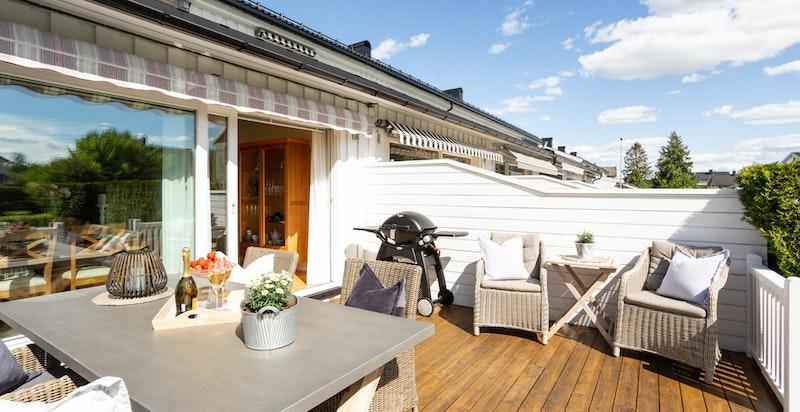 Terrassen er utstyr med elektrisk markise og har god plass til diverse utemøblement.