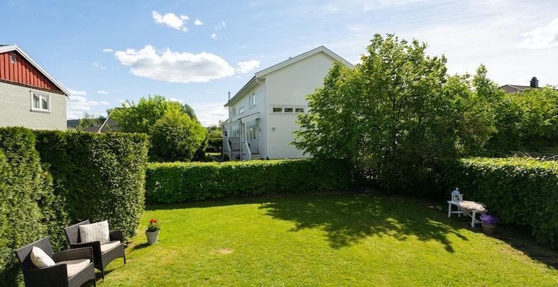 Hagen er romslig og oppleves svært skjermet med en fin beliggenhet i enden av rekken.