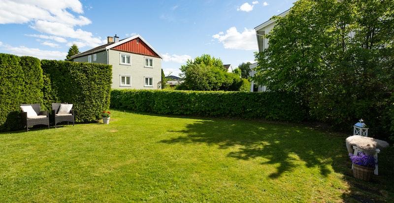 Grønn og fin beplantning rundt hele hageområdet sørger at man ligger usjenert til med lite innsyn fra naboer.