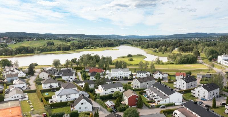 Fra eiendommen er det kort vei til Nitelva som innbyr til et rikt tur - og friluftsliv. Det er i tillegg umiddelbar nærhet til tennisbane og øvrige fritidsaktivteter.