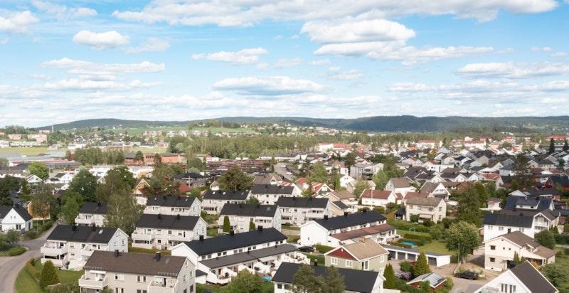 Nebbursvollen Friluftsbad ligger ca. 400 meter fra eiendommen. Dette er byens populære badested med basseng, vannsklier, grøntområder, kiosk m.m.